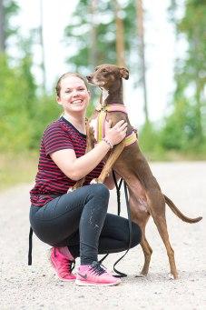 Annika Hallberg med hunden Dana.