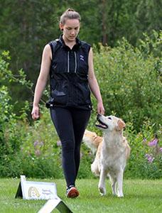 Adela Aasa med hunden Virus