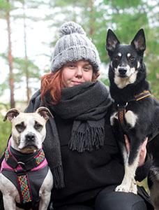 Hanna Rohdell med två hundar