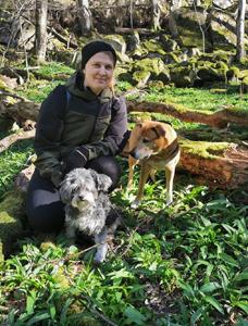 Julia Lång med sina hundar